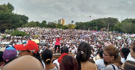 Miles de colombianos marchan por la familia y los niños