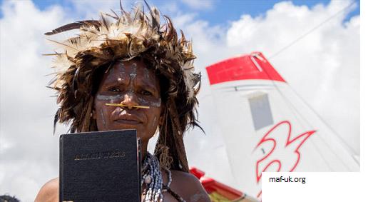 2.500 BIBLIAS ENTREGADAS A LA TRIBU YALI CONOCIDA POR MATAR MISIONEROS AHORA COMPARTE EL EVANGELIO 3